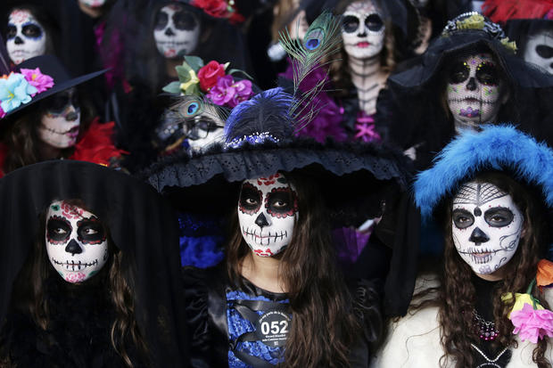 Zombies, Hollywood invade Mexico's Day of the Dead