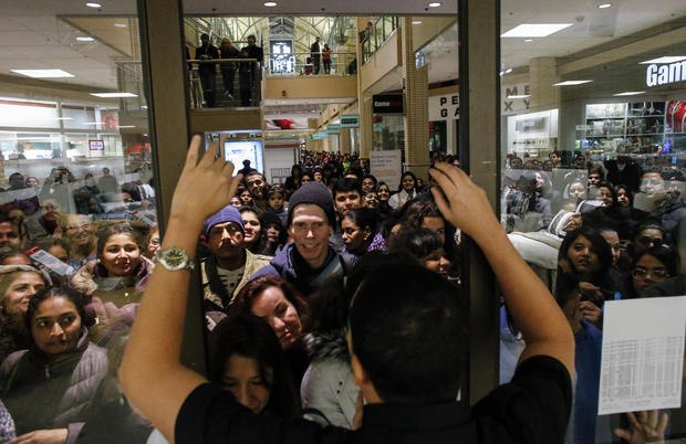 jersey city n j black friday crowds fill the stores pictures cbs news. Black Bedroom Furniture Sets. Home Design Ideas