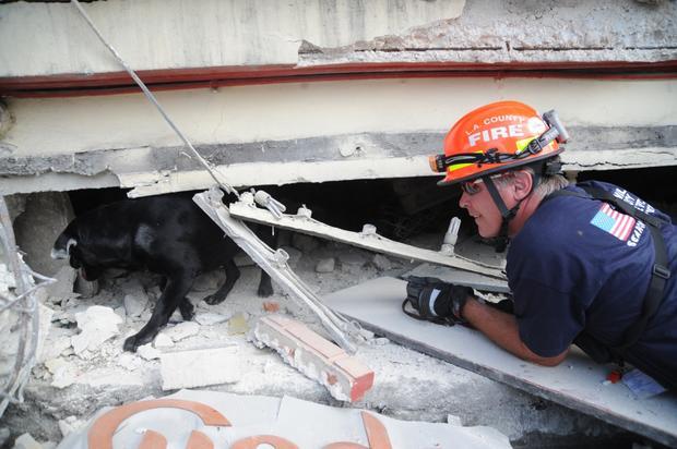 2-ron-pearl-searching-the-rubble-haiti-earthquake.jpg
