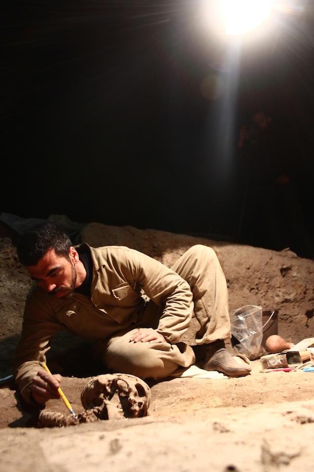 rodrigo-elias-exhuming-burial-34-in-2014-credit-andre-strauss-1.jpg
