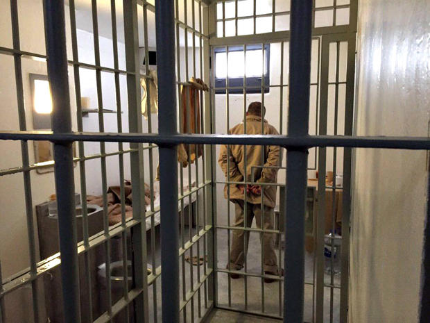 el-chapo-in-prison8124-sharperimage.jpg