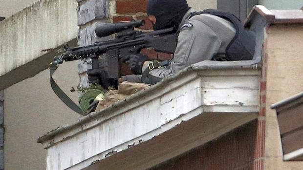 Belgium raid leaves Paris terror attacks suspects on loose