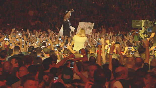 bruce-springsteen-with-crowd-on-tour-620.jpg