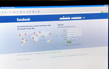 Facebook hires 3,000 to monitor Live after murders, suicides