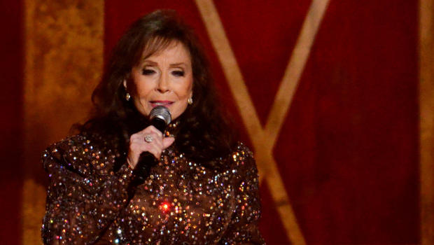 Loretta Lynn breaks hip in fall