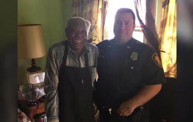 Fort Worth police officers surprise 95-year-old man with air conditioner