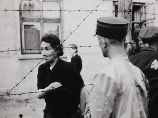 lodz-ghetto-03-ghetto-police-with-woman-behind-barbed-wire-henryk-ross.jpg