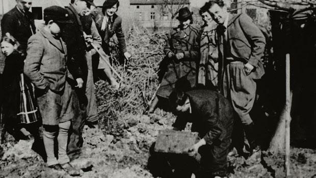 lodz-ghetto-excavating-henryk-ross-box-of-negatives-620.jpg