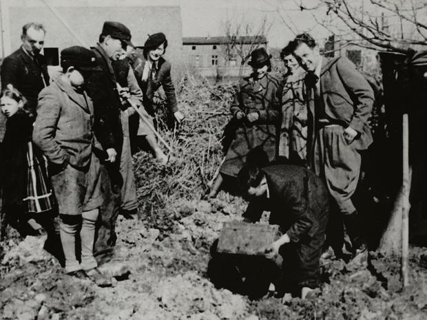lodz-ghetto-14-excavating-henryk-ross-buried-box-of-negatives-and-documents-in-the-ghetto-henryk-ross.jpg