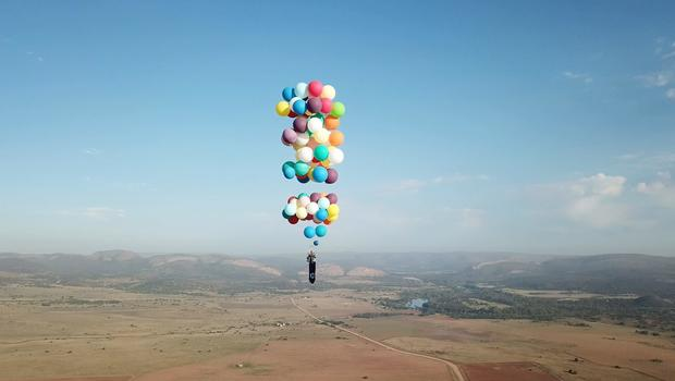 Man Strapped To 100 Helium Balloons Flies 8 000 Feet Up In