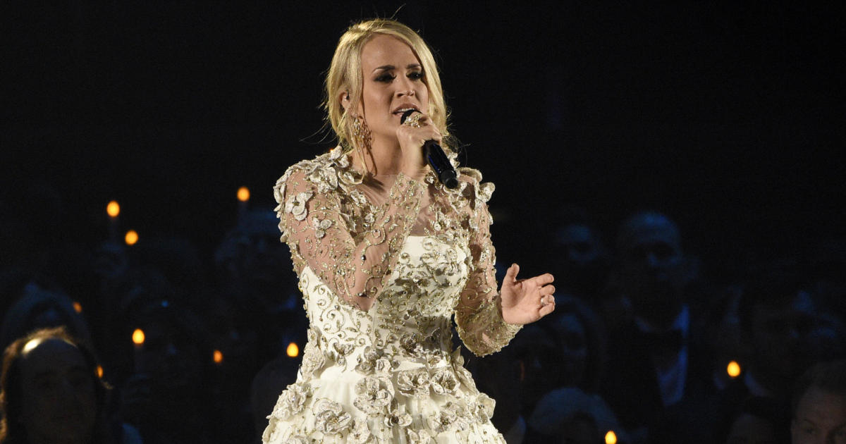 Carrie underwood recovering after suffering broken wrist for Carrie underwood softly and tenderly