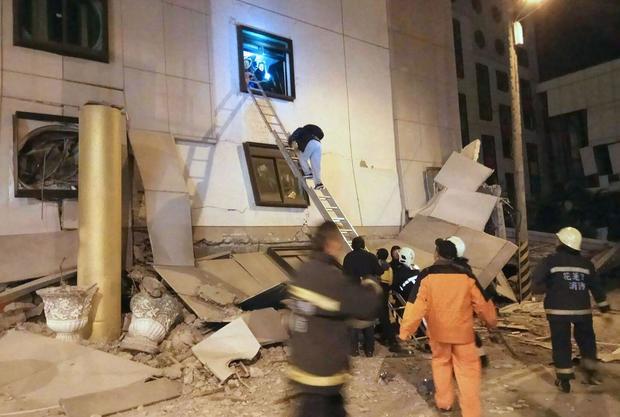 Nỗ lực cứu hộ trong trận động đất gây chết người tại Đài Loan làm nghiêng các tòa nhà