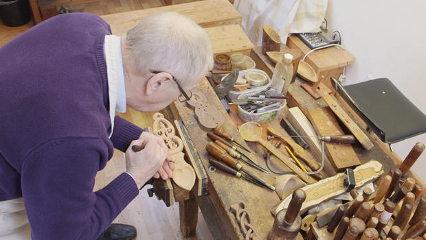 lovespoons-woodcarver-kerry-thomas-620.jpg