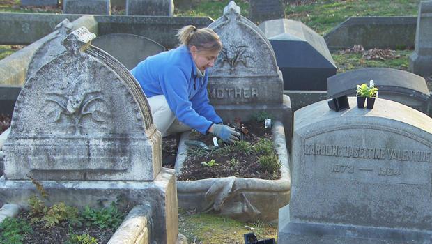 grave-gardeners-at-the-woodlands-philadelphia-b-620.jpg