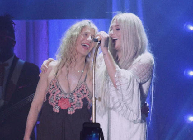 kesha-performing-with-mother-pebe.jpg