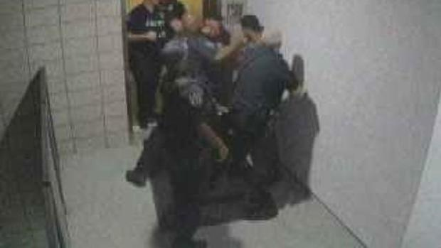 cbsn-fusion-mesa-arizona-officers-seen-on-video-repeatedly-punching-man-thumbnail-1584786-640x360.jpg