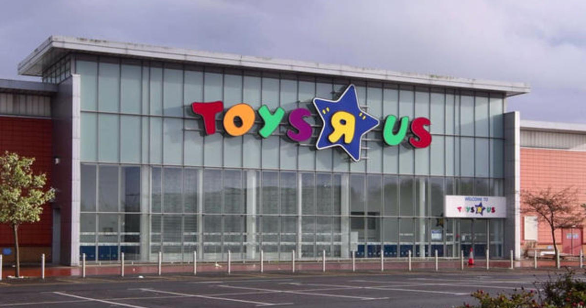 Photo Of Geoffrey The Giraffe Leaving An Empty Toys R Us Store Goes Viral Cbs News