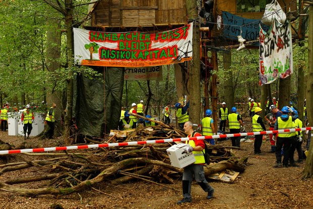 "Police and workers clear the ""Hambacher Forst\"