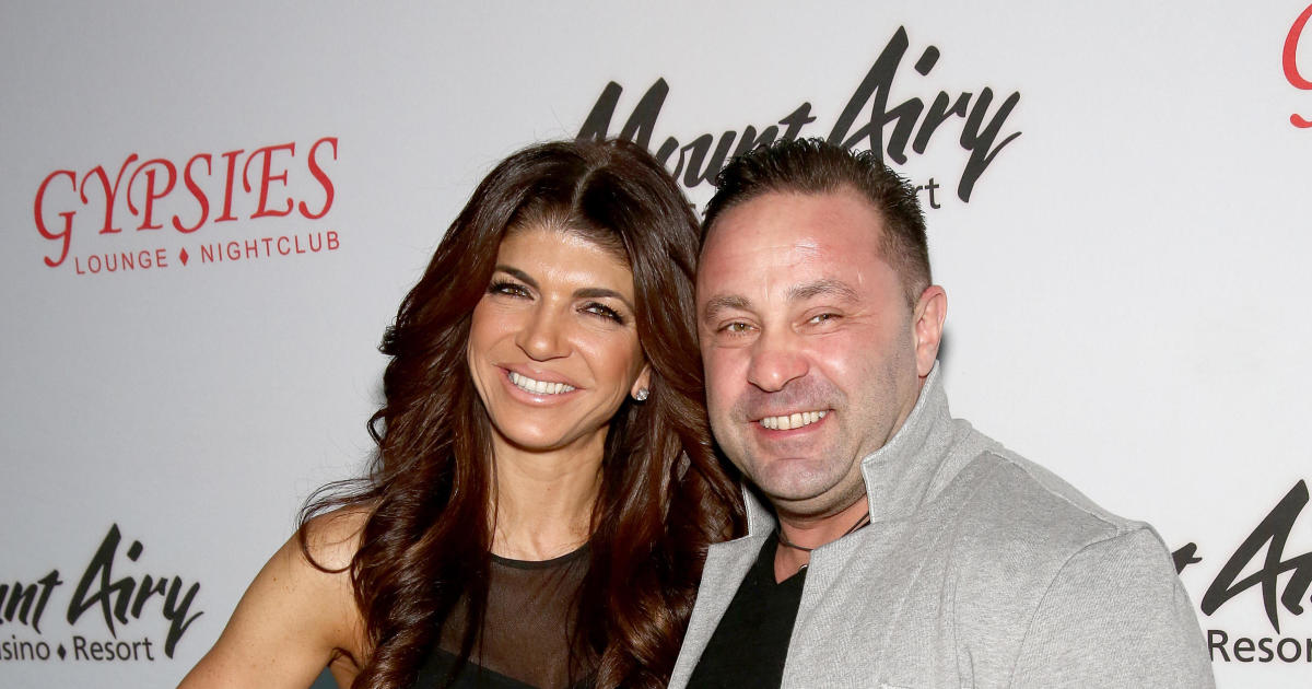 Teresa Giudice's daughters defend father Joe Giudice as he faces deportation thumbnail