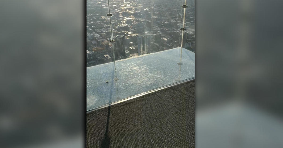 Willis Tower SkyDeck: Protective layer cracks under visitors' feet in Chicago