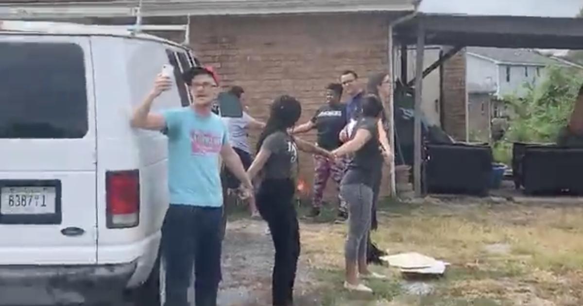ICE human chain: Video shows neighbors form human chain