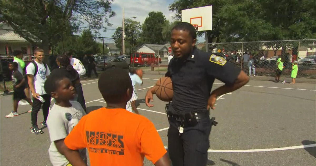 Syracuse officer bonds with kids on and off the basketball court