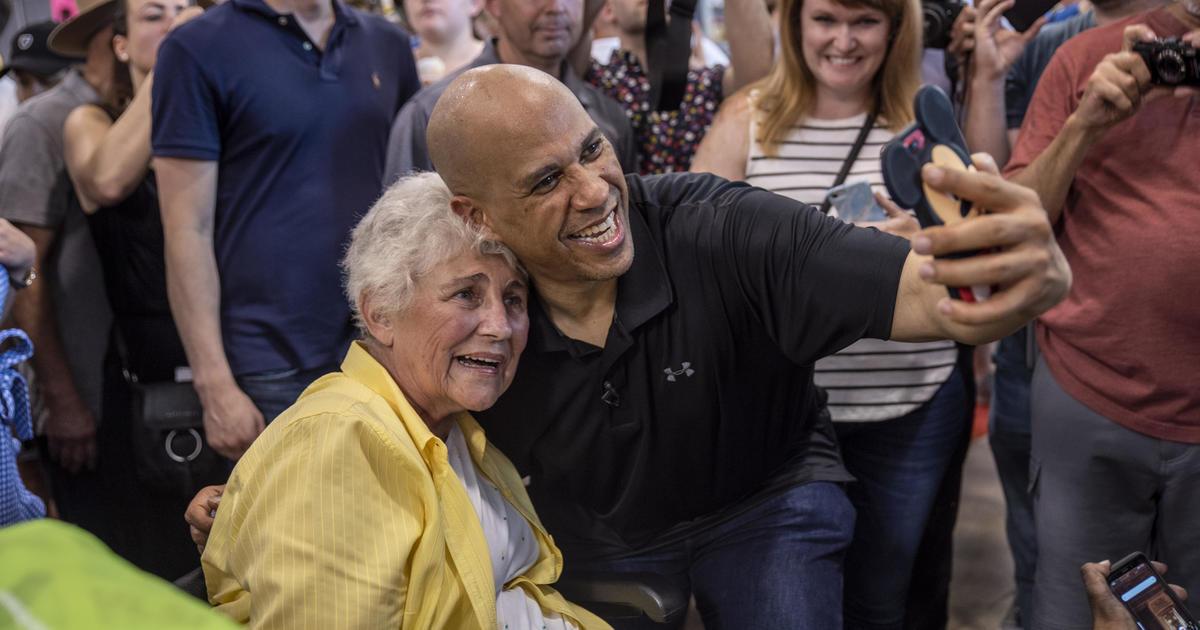 2020 Democratic candidates embrace the selfie line