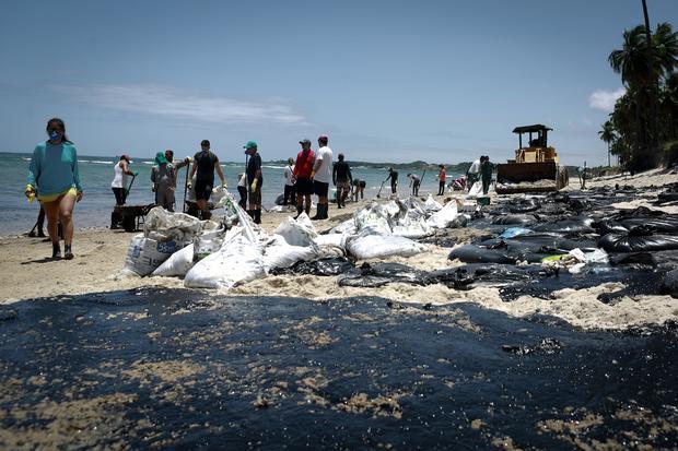 BRAZIL-ENVIRONMENT-POLLUTION-OIL-BEACH