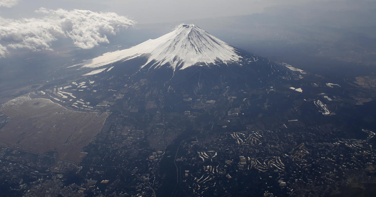 Mount Fuji fall: Body may be man who fell while live