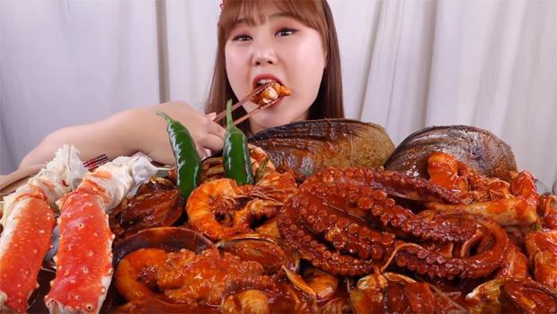4-million-poeple-have-viewed-this-mukbang-video-of-a-korean-woman-eating-seafood-620.jpg