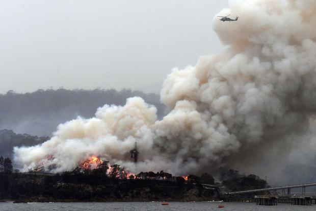 TOPSHOT-AUSTRALIA-FIRE-ENVIORNMENT-CLIMATE