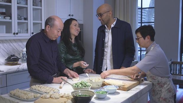 wen-zhou-and-her-family-making-dumplings-with-kelefa-sanneh-620.jpg