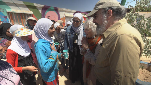 mandy-patinkin-at-syrian-refugee-camp-in-jordan-620.jpg