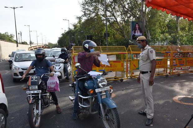 india-delhi-coronavirus-checkpoint.jpg