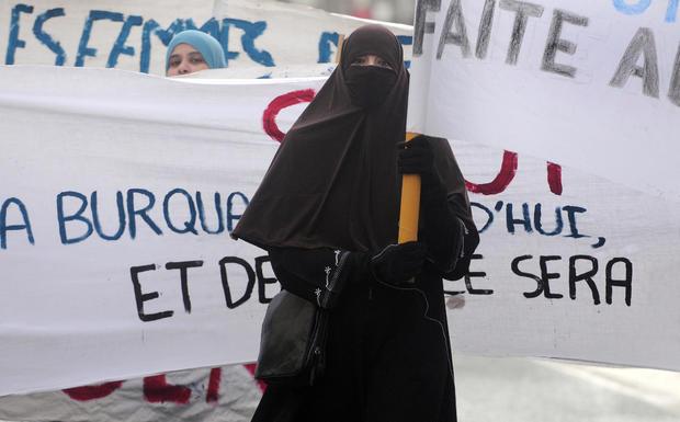 """A woman wearing a """"Niqab"""" veil participa"""