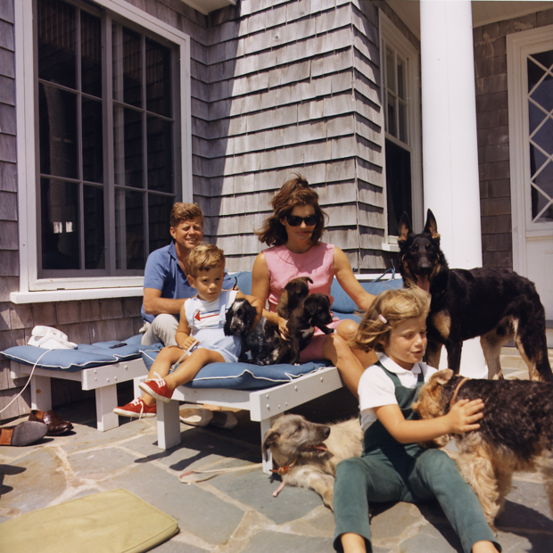 1024px-kennedy-family-with-dogs-during-a-weekend-at-hyannisport-1963.png
