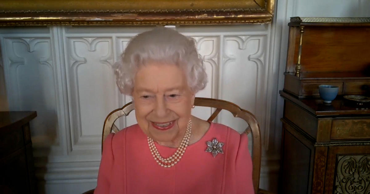 """Queen Elizabeth urges people to get COVID-19 vaccine: """"It didn't hurt at all"""""""