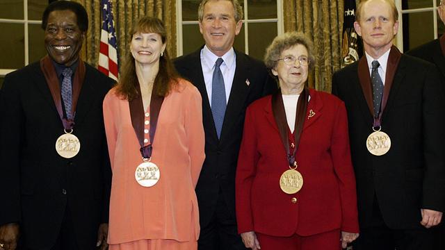 US President George W. Bush (C) stands w