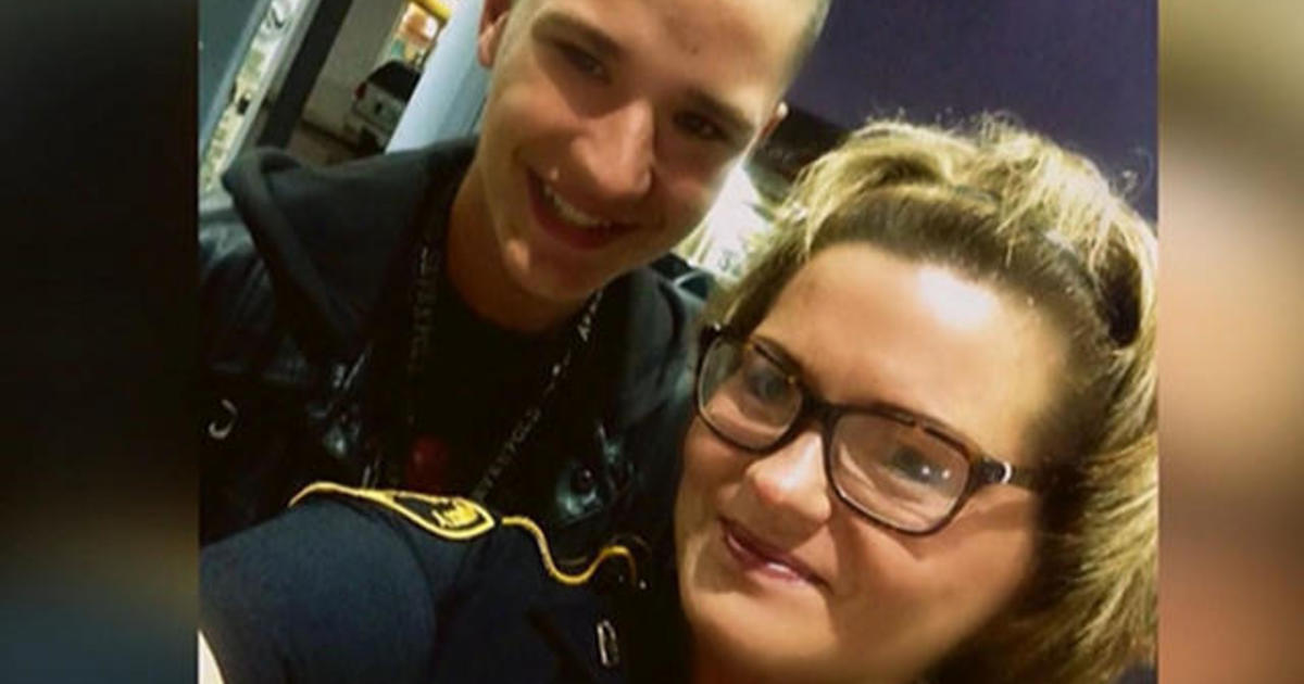 Teen's selfie with police officer goes viral