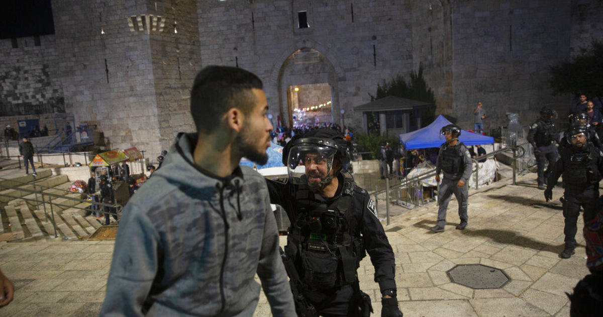 200 Palestinians hurt in clashes with Israeli police, medics say