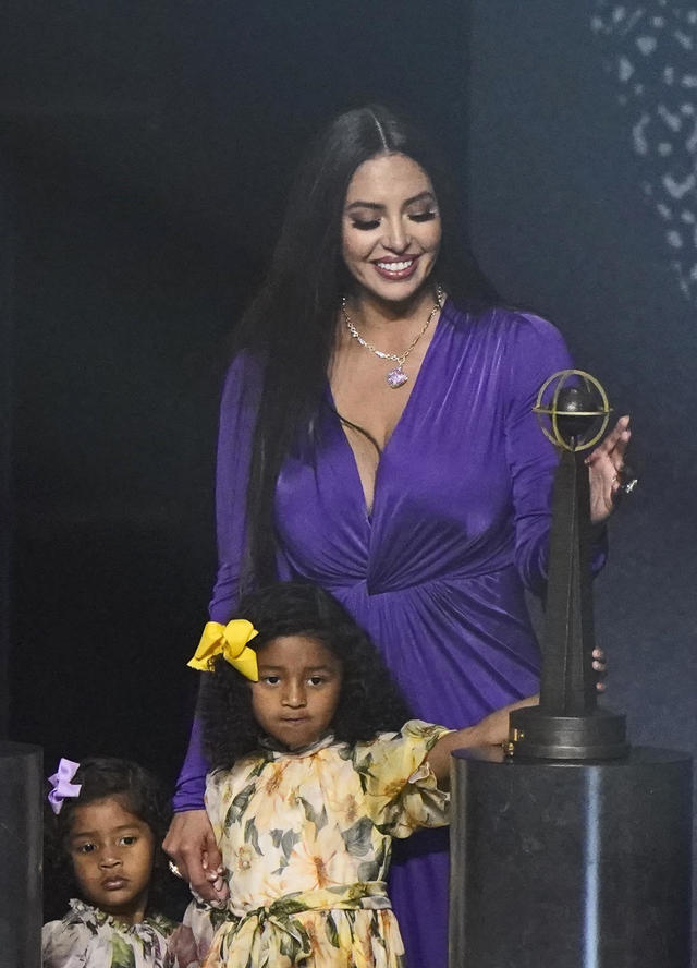 Vanessa Bryant pays tribute to Kobe Bryant at Hall of Fame induction  ceremony - CBS News