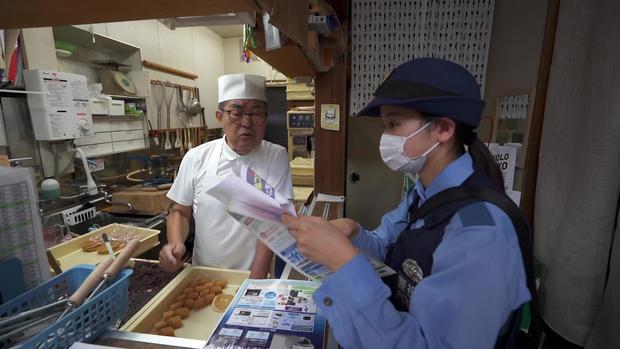 japan-police-visit-local-businesses-a.jpg