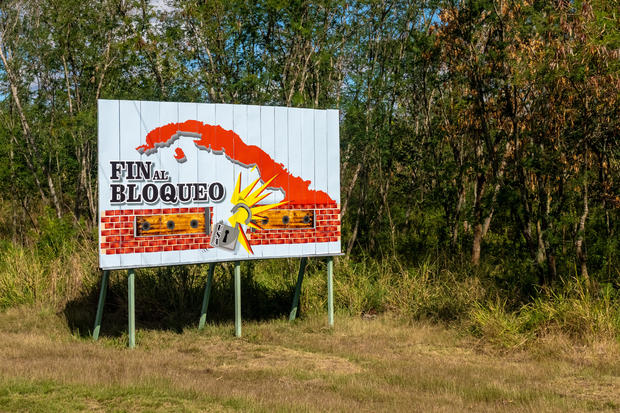 A rural billboard demanding the end of the USA embargo or