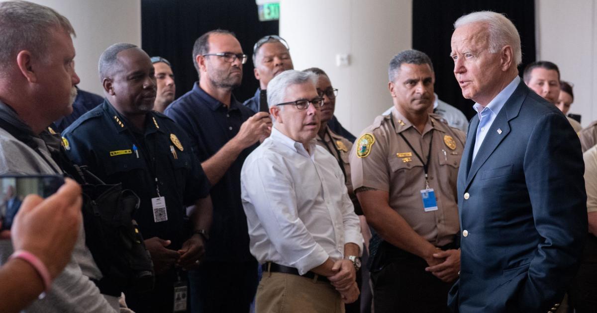Look Dwell: Biden mengunjungi Florida setelah runtuhnya bangunan kawasan tinggal thumbnail