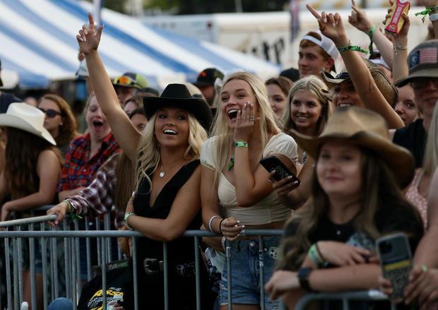 fans-girls-cheer.jpg