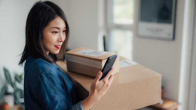 woman holding online shopping
